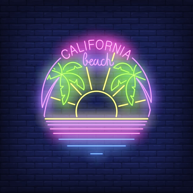 Texte de néon plage californie avec soleil, palmiers et océan Vecteur gratuit