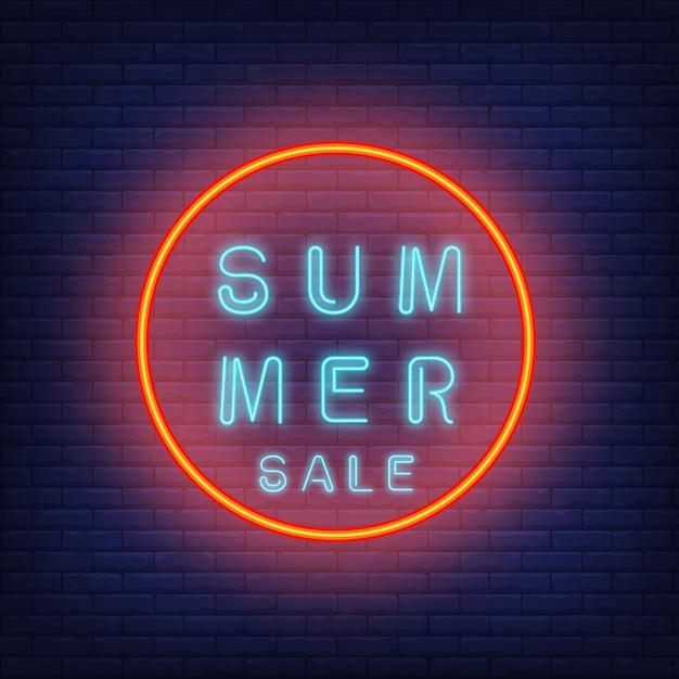 Texte de néon vente d'été en cercle. annonce saisonnière d'offre ou de vente Vecteur gratuit