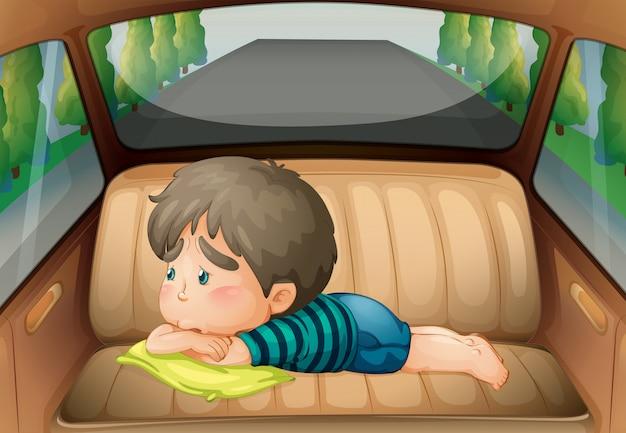 Triste garçon à l'arrière de la voiture Vecteur gratuit