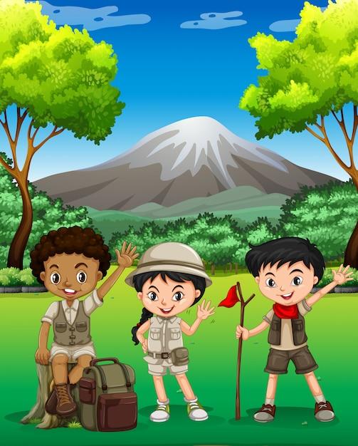 Trois enfants en randonnée dans la forêt Vecteur gratuit