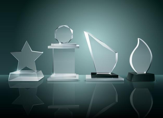 Les trophées en verre des compétitions sportives récompensent la collection sur une surface réfléchissante transparente imag réaliste Vecteur gratuit