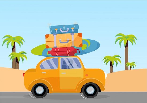 Trveling en voiture jaune avec une pile de bagages sur le toit et une planche de surf Vecteur Premium