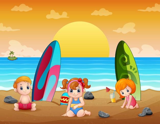 Vacances D'été Avec Des Enfants Sur La Plage Tropicale Vecteur Premium