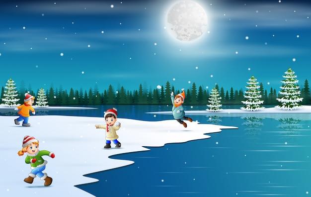 Vacances D'hiver Avec Des Enfants Jouant à La Neige Vecteur Premium