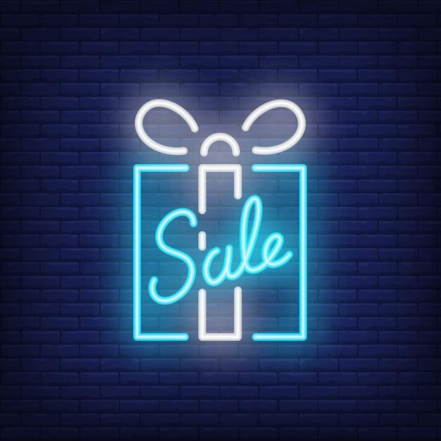 Vente enseigne au néon avec boîte-cadeau bleue. publicité lumineuse de nuit. Vecteur gratuit