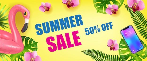 Vente d'été, cinquante pour cent de bannière saisonnière avec des feuilles de palmier, smartphone et gonflable Vecteur gratuit