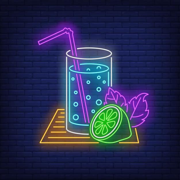Verre de limonade avec enseigne au néon de paille et de citron vert Vecteur gratuit