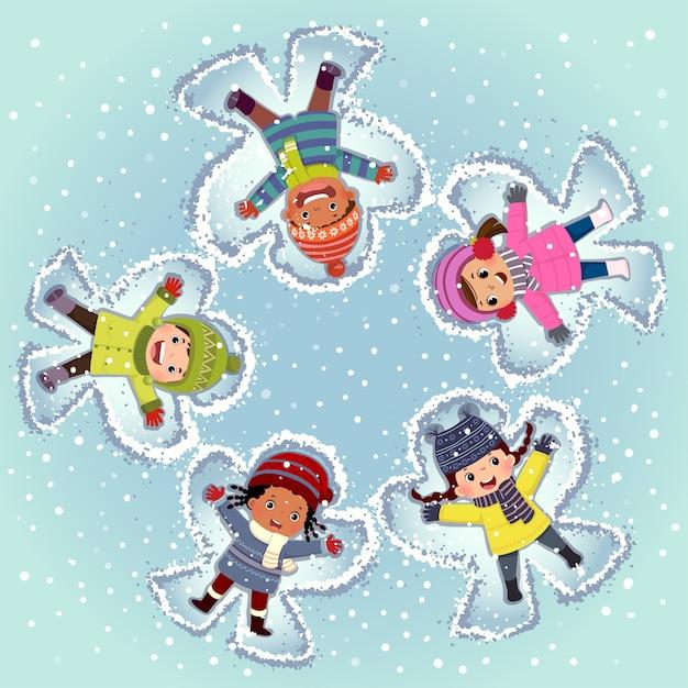 Vue De Dessus Des Enfants Couchés Et Faisant Ange De Neige Sur La Neige En Journée D'hiver Vecteur Premium
