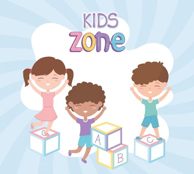 Zone Pour Enfants, Mignonne Petite Fille Et Garçons Jouant Avec Des Jouets De Blocs De L'alphabet Vecteur Premium