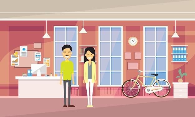 Asia couple asia man woman en la oficina moderna Vector Premium