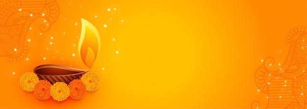 Atractivo banner de diwali con hermosas flores y lámpara diya vector gratuito