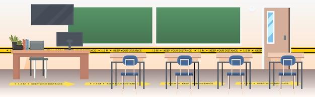 Aula escolar con carteles de distanciamiento social pegatinas amarillas coronavirus medidas de protección epidémica horizontal Vector Premium