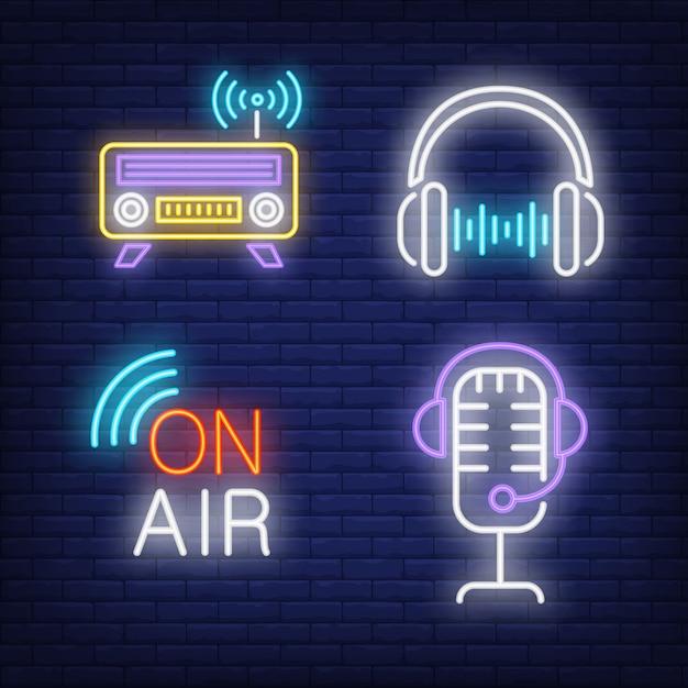 Auriculares, radio y micrófono con letreros de neón. vector gratuito