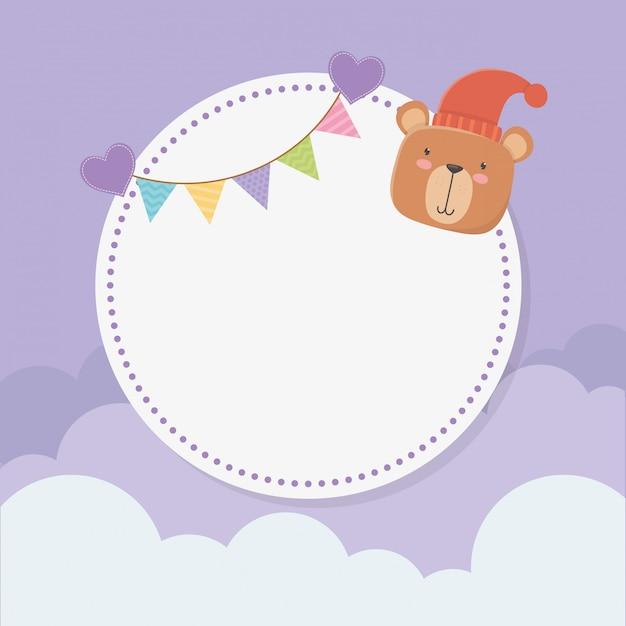 Baby shower tarjeta circular con osito de peluche y guirnaldas. vector gratuito