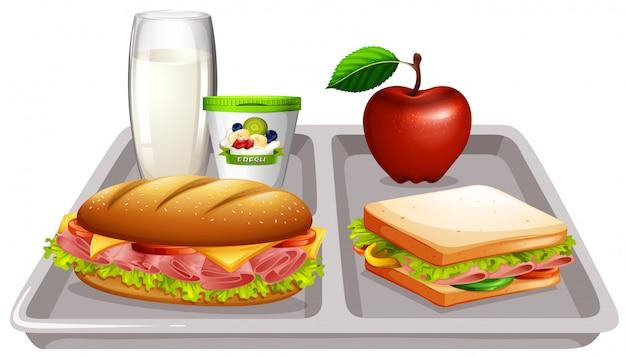 Bandeja de comida con leche y sandwiches. vector gratuito