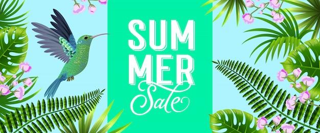 Banner brillante de venta de verano con hojas tropicales, flores de color lila y colibrí vector gratuito