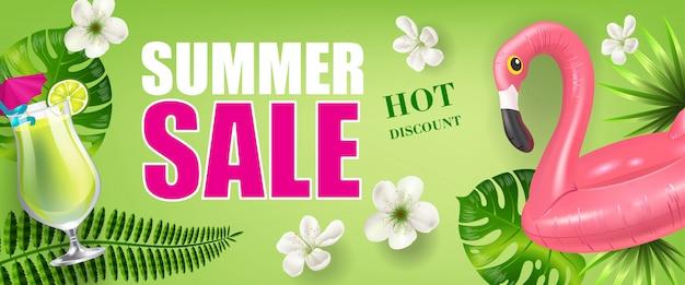 Banner de descuento de venta de verano con hojas de palmera y flores, bebida fría y flamenco de juguete vector gratuito