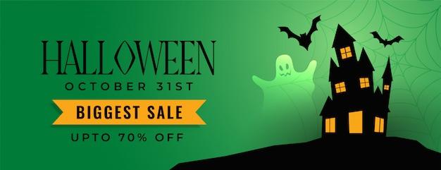 Banner de venta festival de halloween con casa de miedo vector gratuito
