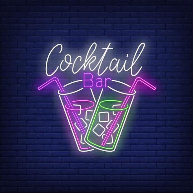 Bar de cócteles con texto de neón, dos copas, pajitas y cubitos de hielo. vector gratuito