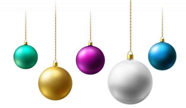 Bolas de navidad realistas colgando de cadenas de perlas de oro sobre fondo blanco. Vector Premium