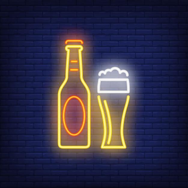 Botella de cerveza y vidrio en el fondo de ladrillo. estilo de neón bar, pub, bebida alcohólica vector gratuito