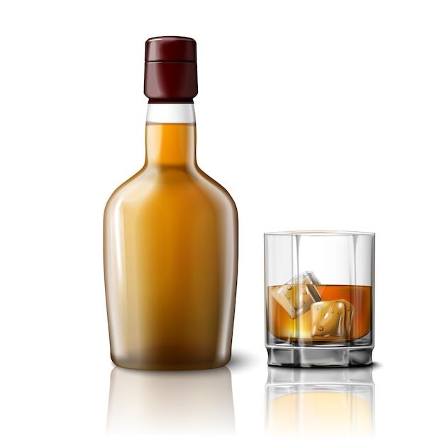 Botella de whisky realista en blanco con vaso de whisky y hielo, aislado sobre fondo gris con lugar para su diseño y marca. Vector Premium