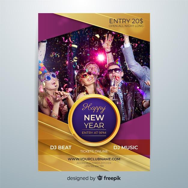 Cartel de año nuevo 2020 con jóvenes bailando vector gratuito