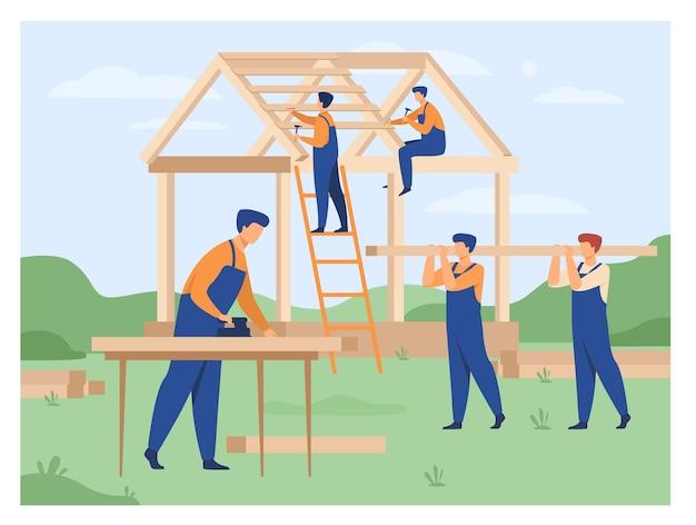 Casa de construcción de equipo de carpinteros profesionales aislado ilustración vectorial plana. constructores de dibujos animados en uniforme haciendo estructura de techo y pared. construcción y trabajo en equipo vector gratuito