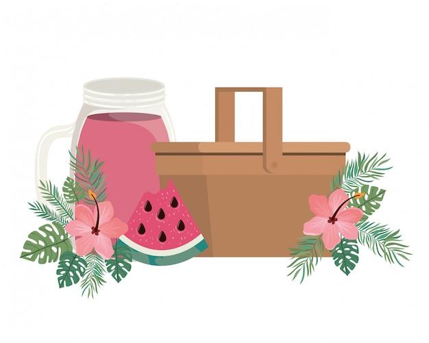 Cesta de picnic con refrescante bebida para el verano. vector gratuito
