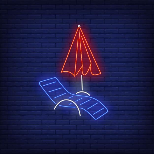 Chaise longue y letrero de neón de sombrilla. verano, vacaciones, vacaciones, resort. vector gratuito