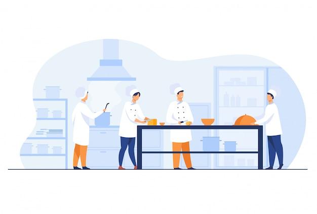 Chefs, cocineros y camareros que trabajan en la cocina del restaurante. vector gratuito