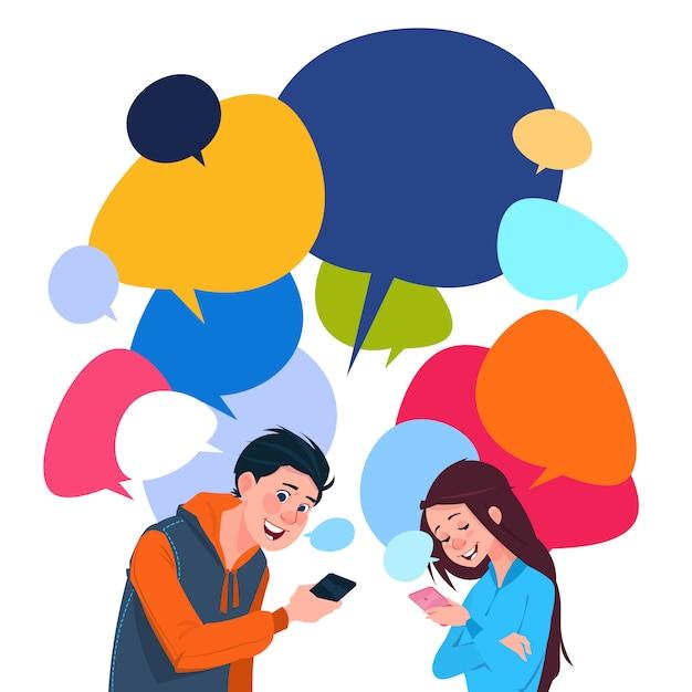Chico joven y una niña de mensajería teléfonos celulares inteligentes sobre fondo colorido de burbujas de chat Vector Premium