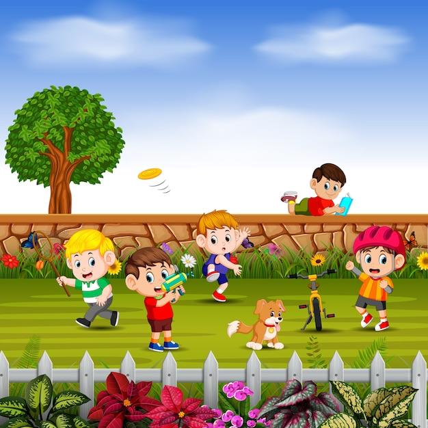 Los chicos hacen deporte y juegan juntos en el patio Vector Premium
