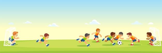 Chicos pateando fútbol en el campo de deportes. Vector Premium