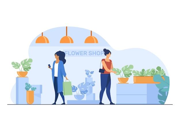 Clientes en florería. mujeres con bolsas eligiendo ilustración de vector plano de plantas de interior. compras, invernadero, concepto de plantas caseras vector gratuito