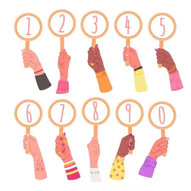 Colección de manos sosteniendo carteles con números. paquete de manos masculinas y femeninas con tarjetas redondas, elementos aislados en blanco Vector Premium