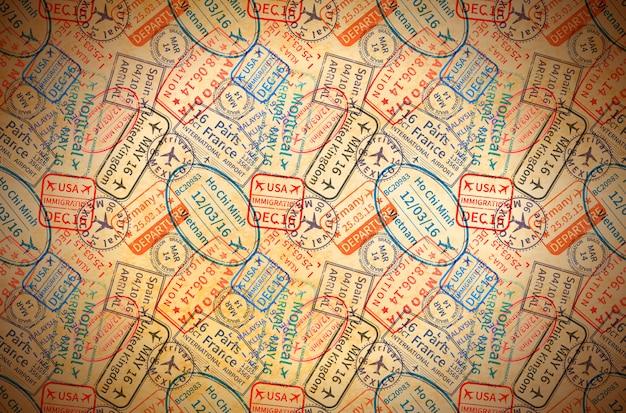 Coloridas impresiones de sellos de goma de visa de viaje internacional en papel viejo, fondo vintage horizontal Vector Premium