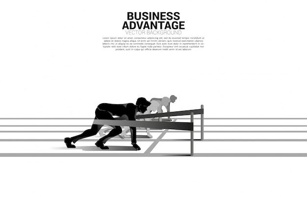 Concepto de negocio de competencia y ventaja comercial. silueta de hombre de negocios listo para correr desde la línea de salida con catapulta honda disparó en la pista de carreras. Vector Premium