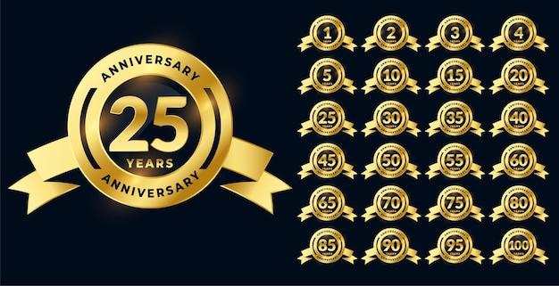 Conjunto grande de etiquetas o emblemas brillantes de aniversario de oro vector gratuito