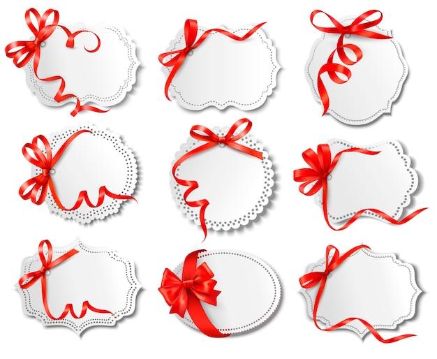 Conjunto de hermosas tarjetas con moños de regalo rojos con cintas Vector Premium