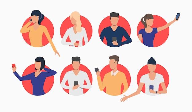 Conjunto de jóvenes que usan teléfonos inteligentes vector gratuito