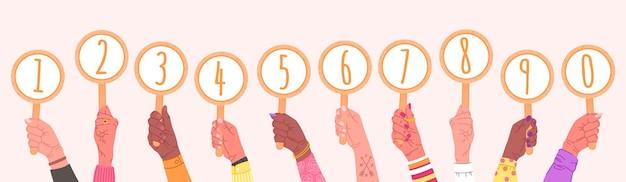 Un conjunto de manos masculinas y femeninas sostiene tarjetas redondas con números. tarjetas con números del 0 al 9 en manos de personas, en un estilo doodle brillante. Vector Premium