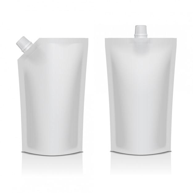 Conjunto de plástico blanco en blanco doypack bolsa de pie con pico. embalaje flexible para comida o bebida. Vector Premium