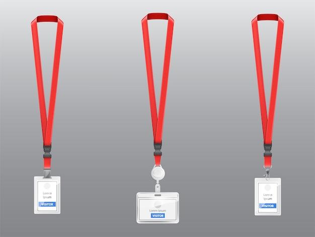 Conjunto con tres insignias de plástico realistas, titulares con clips, hebillas y cordones rojos vector gratuito