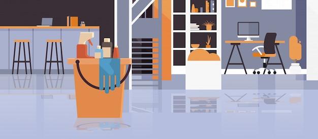 Cubo con herramientas y artículos, servicio de limpieza moderno centro de trabajo creativo, oficina creativa, ilustración interior Vector Premium