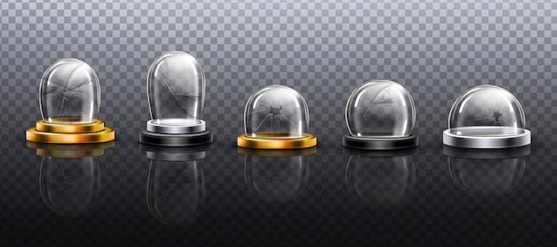 Cúpulas de vidrio roto sobre podio de metal, oro y plata. vector gratuito