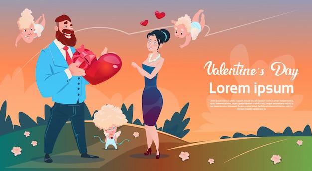 Día de san valentín tarjeta de regalo amantes de las vacaciones pareja amor cupido forma de corazón Vector Premium