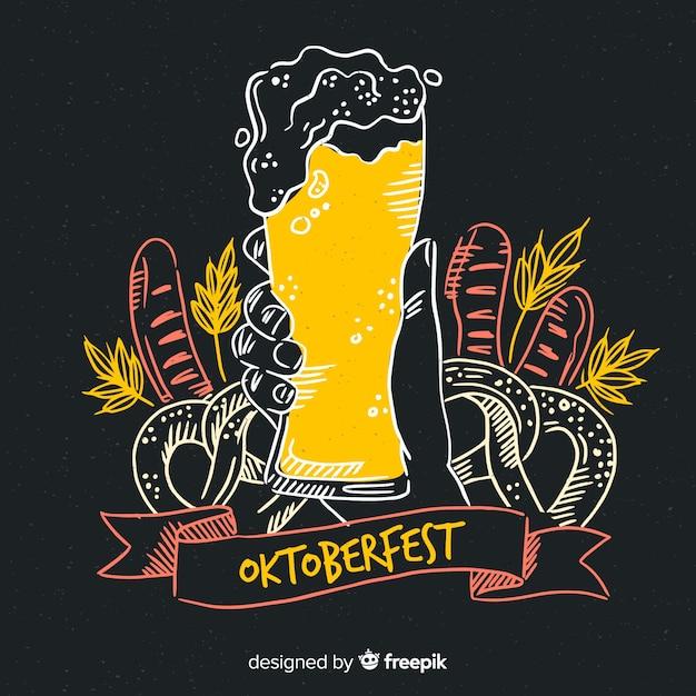 Dibujado a mano cerveza de barril oktoberfest con espuma vector gratuito