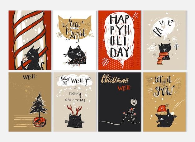 Dibujado a mano feliz navidad tarjeta de felicitación con personajes de gatos negros divertidos lindos en ropa de invierno, árboles de navidad, bastón de caramelo, villancicos, muñeco de nieve, letrero y caligrafía moderna. tarjetas de periodismo. Vector Premium