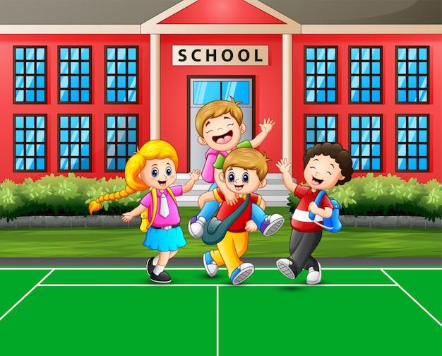 Dibujos animados a los niños que van a casa después de la escuela Vector Premium